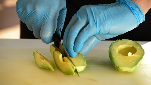 Profi-Koch Hände schneiden eine Avocado in Scheiben geschnitten – Video