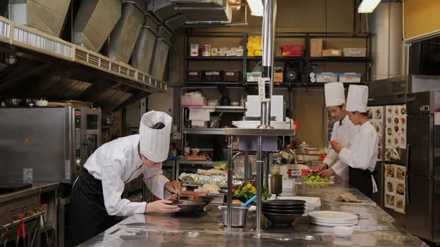 レストランで料理を準備するプロのシェフ。 - 料理人点の映像素材/bロール