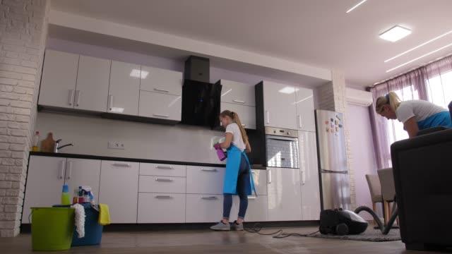 processo di pulizia professionale nell'appartamento della città - pulito video stock e b–roll