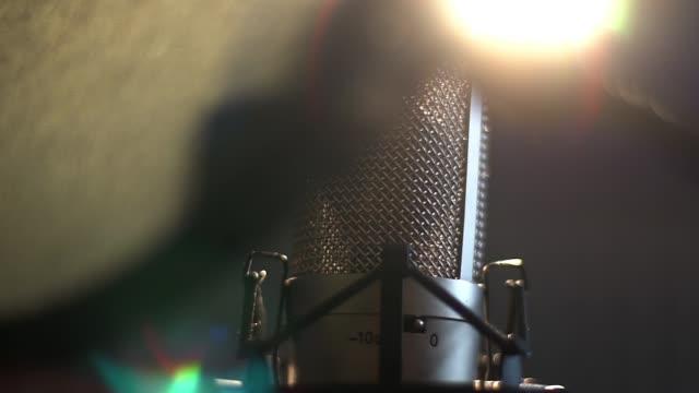 professionelle studio kondensatormikrofon, musikalische konzept-2 - aufnahmegerät stock-videos und b-roll-filmmaterial