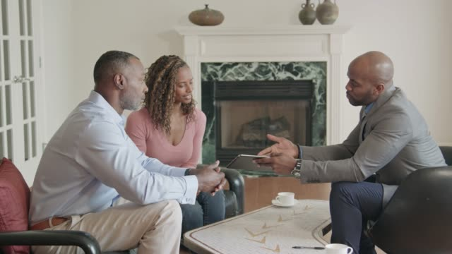 vídeos de stock, filmes e b-roll de consulta de profissional em casa usando tablet digital - dia do cliente