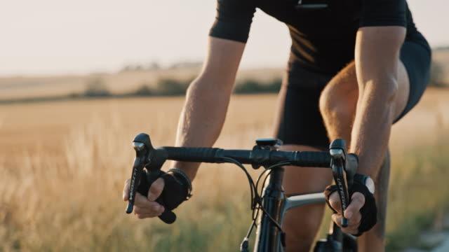 slo mo professionell cyklist som cyklar genom landsbygden - mätinstrument bildbanksvideor och videomaterial från bakom kulisserna