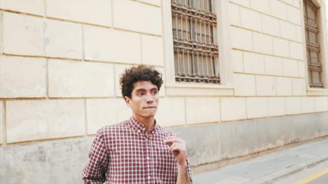 profesyonel dansçı sokakta alıştırma yapıyor. - genç erkekler stok videoları ve detay görüntü çekimi