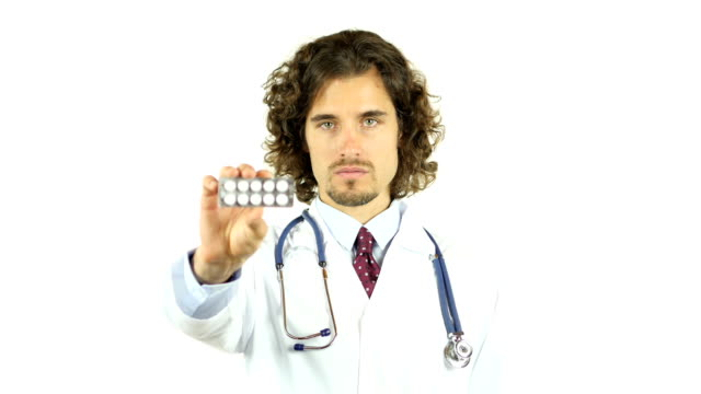 profesyonel doktor gösteren ilaç hapları - vitamin d stok videoları ve detay görüntü çekimi