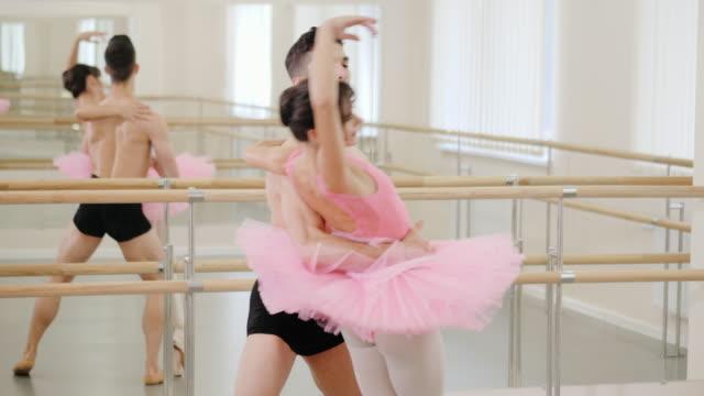stockvideo's en b-roll-footage met professionele, emotionele balletdansers beoefenen in de fitnessruimte of hal met minimalistisch interieur. paar man en ballerina in tutu sensuele dans voor voorstelling dansen. 4k - tutu