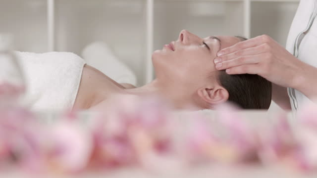 HD DOLLY: Profissionais de massagem Facial no Spa Center - vídeo