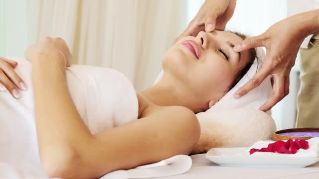 vídeos y material grabado en eventos de stock de masaje facial profesional. - tratamiento de spa
