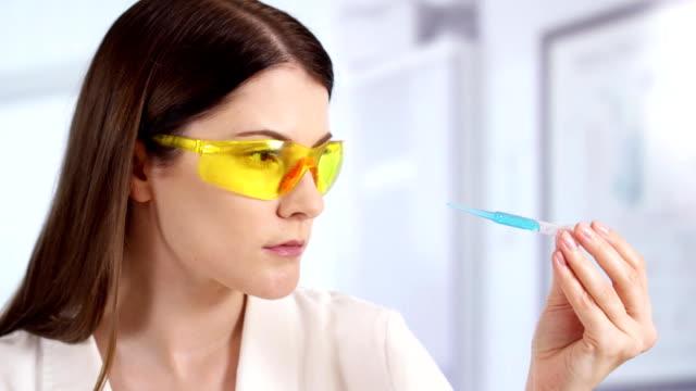 vídeos y material grabado en eventos de stock de doctora profesional en laboratorio con tratamiento innovador. científico de la mujer en el trabajo - investigación científica