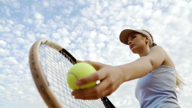 stockvideo's en b-roll-footage met professionele vrouwelijke tennis speler serveert bal op hof, motivatie en sport - kampioenschap