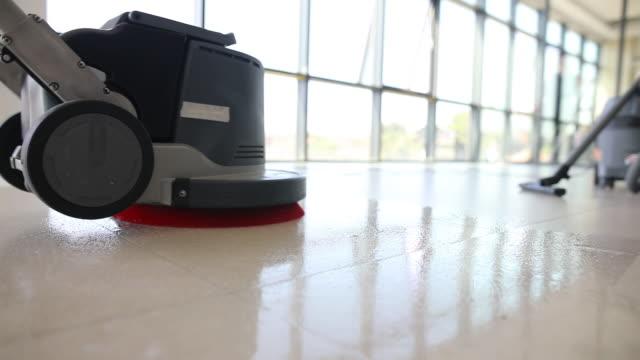 professionell golvrengöring med skrubbermaskin - golv bildbanksvideor och videomaterial från bakom kulisserna