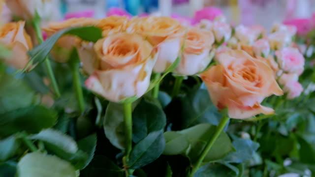 vidéos et rushes de artiste floral professionnel travaillant avec des fleurs au studio - composition florale