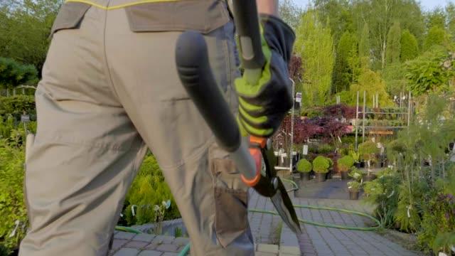professionelle gärtner bewässerung von pflanzen für den verkauf in der garten-kaufhaus. slow-motion aufnahmen - gärtnerisch gestaltet stock-videos und b-roll-filmmaterial