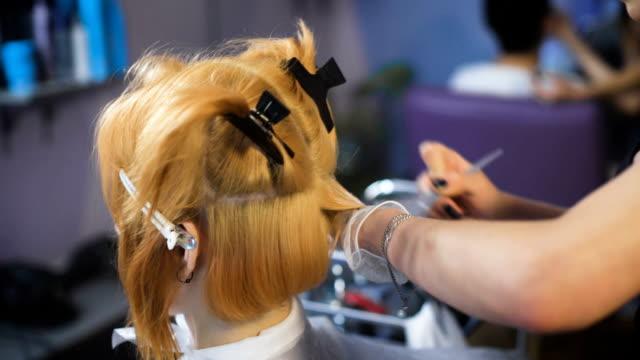 professionelle friseur farbe salon. die erfahrenen stylisten in zusammenarbeit mit einem kunden - haarfarbe stock-videos und b-roll-filmmaterial