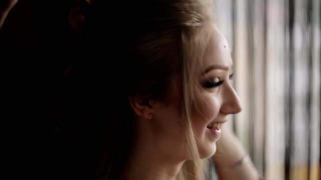 vidéos et rushes de coiffeur professionnel faire hairstyle heureux devushkeevushke. - rouge à lèvres rouge