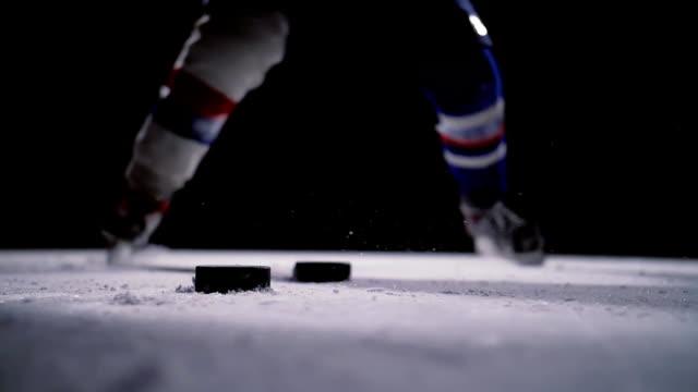 vidéos et rushes de joueur de hockey professionnel produit un tir au but à ice arena. gros plan. slow motion - hockey sur glace