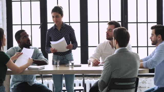 vídeos de stock e filmes b-roll de professional indian businesswoman manager give papers at team meeting - envolvimento dos funcionários