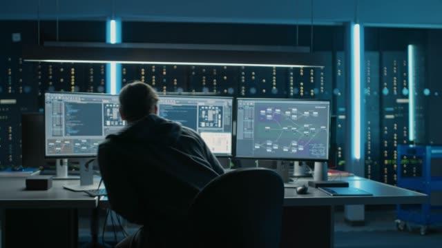 專業 it 程式師在桌上型電腦上的資料中心工作, 有三個顯示器, 做軟體和硬體的開發。顯示區塊鏈、資料網路體系結構概念 - 區塊鏈 個影片檔及 b 捲影像