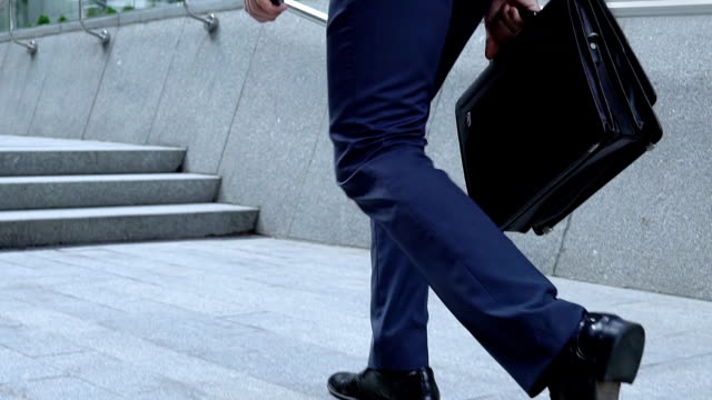 vidéos et rushes de avocat professionnel tout excité en regardant haute immeuble de bureaux, voyage d'affaires - costume habillé