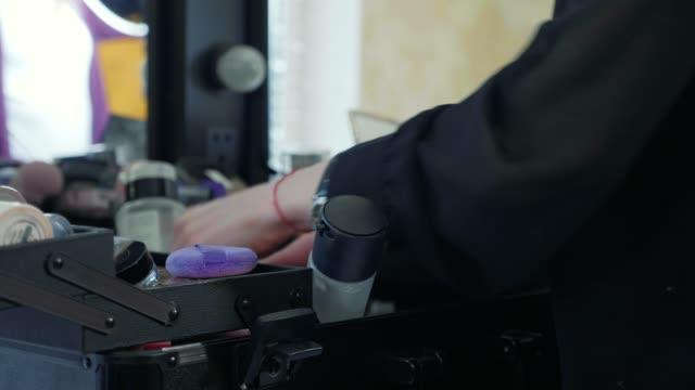 professionell makeupartist välja verktyg och kosmetika i make-up resväska. - makeup artist bildbanksvideor och videomaterial från bakom kulisserna