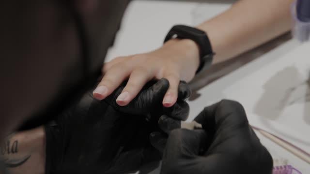 vidéos et rushes de l'homme manucure professionnel frotte ses pieds avec un tissu anesthésique - cuticule