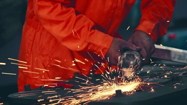 vidéos et rushes de le mécanicien professionnel coupe le métal d'acier. - lame