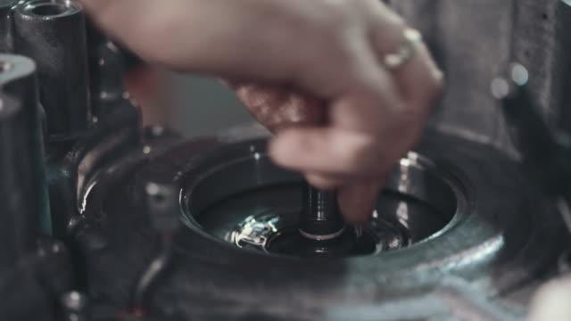 プロのメカニックが自動車修理工場で車を修理 ビデオ