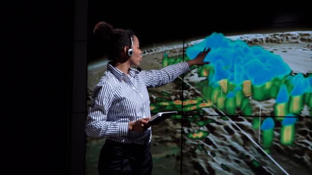 vídeos de stock, filmes e b-roll de meteorologista profissional falando sobre a natureza do furacão - meteorologia