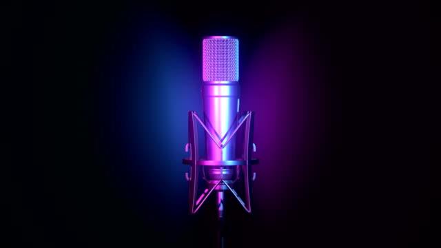 professionelles mikrofon mit cyan und magenta-hintergrund - aufnahmestudio stock-videos und b-roll-filmmaterial