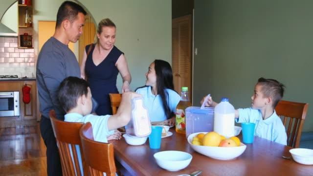 Madre profesional de decir adiós a la familia en el desayuno - vídeo