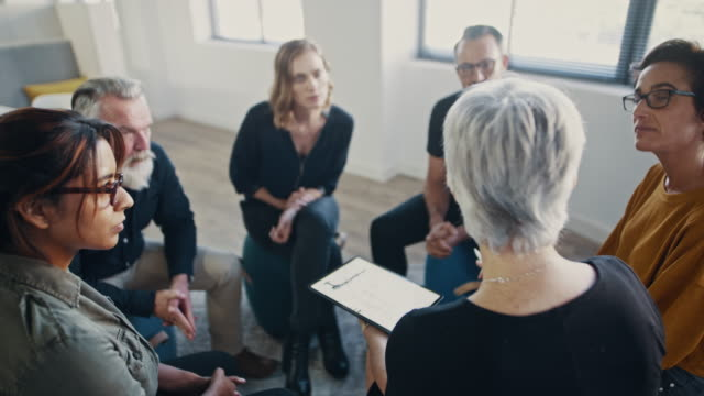 vídeos de stock e filmes b-roll de professional negotiation and influencing skills training - senior business woman tablet