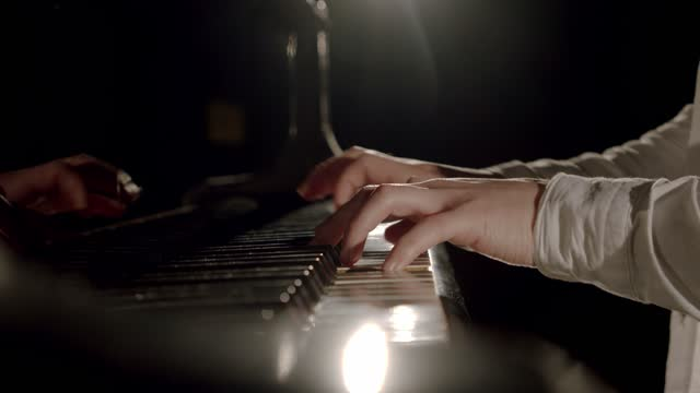 vidéos et rushes de les mains de pianiste professionnel jouent la musique classique douce sur un piano à queue. ralenti - compositeur