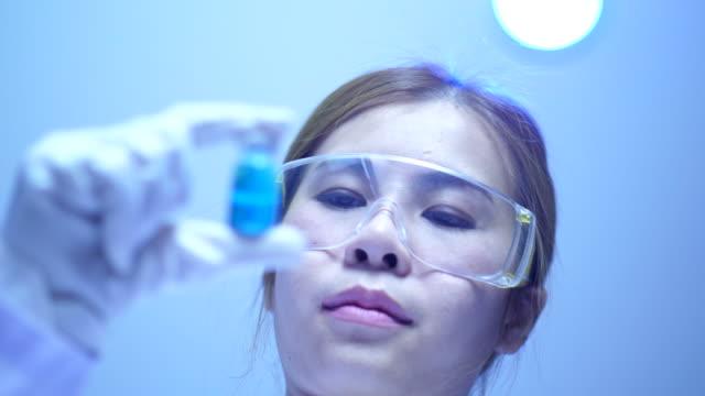 profesjonalny naukowiec w laboratorium - mikrobiologia filmów i materiałów b-roll