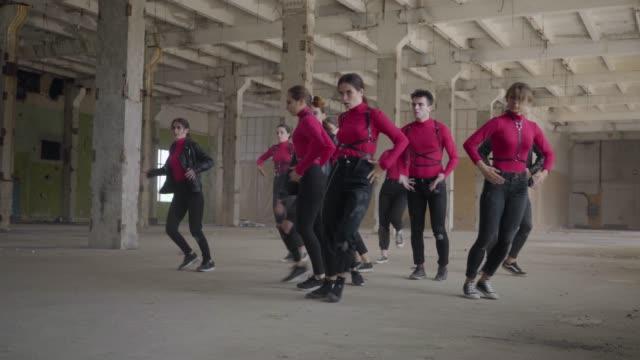professional skill dancers girls and boys enjoying hip hop moves performing freestyle dance together - pojęcia i zagadnienia filmów i materiałów b-roll