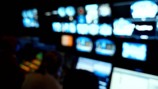 vidéos et rushes de console d'ingénieur du son professionnel. télévision diffusion, en collaboration avec le mélangeur vidéo et audio, le contrôle de la diffusion en studio d'enregistrement. fond flou, moniteurs. - interview