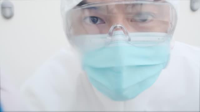 personale professionale pulizia - occhiali protettivi video stock e b–roll