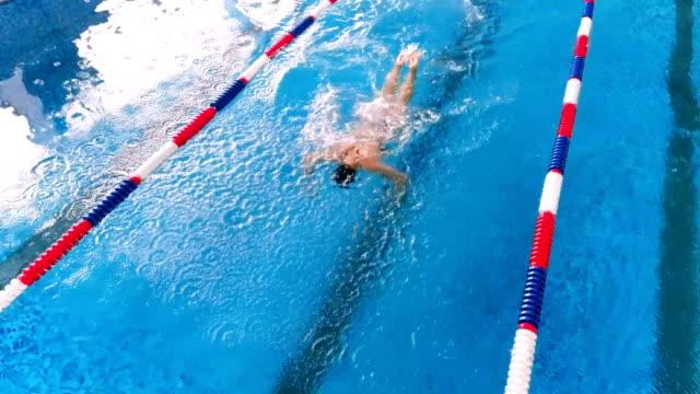 vídeos de stock e filmes b-roll de professional swimmer in a swimming pool. aerial view. 4k. - campeão desportivo