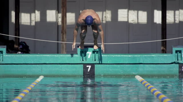 vidéos et rushes de des sauts de starting block de natation - starting block