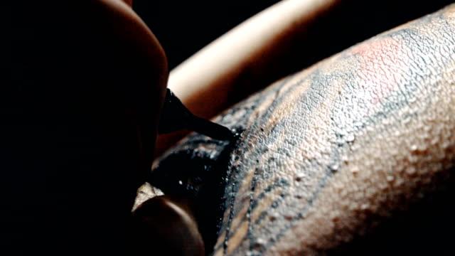 professional tattooer artist doing tatoo - tatuaż filmów i materiałów b-roll