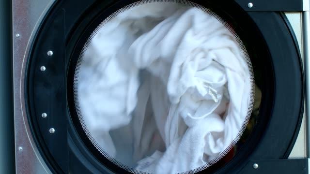 professional washing machine washing clothes, 4k - pranie filmów i materiałów b-roll
