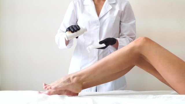 berufstätige frau bei spa-beauty-salon macht epilation mit zucker - wachs epilation stock-videos und b-roll-filmmaterial