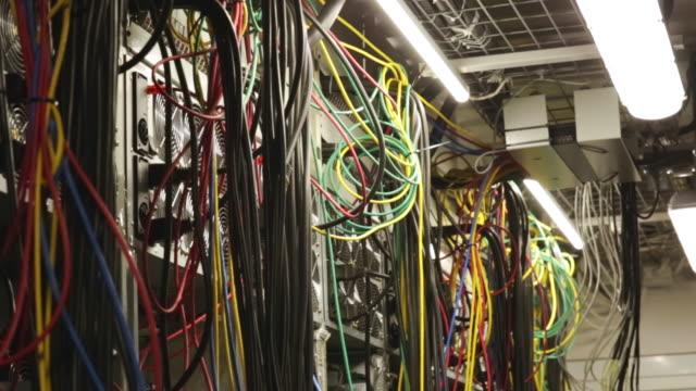 IT プロフェッショナルの概念。ストック映像。ファン、システムユニット、ワイヤーが多い大企業のデータセンターのクローズアップ ビデオ