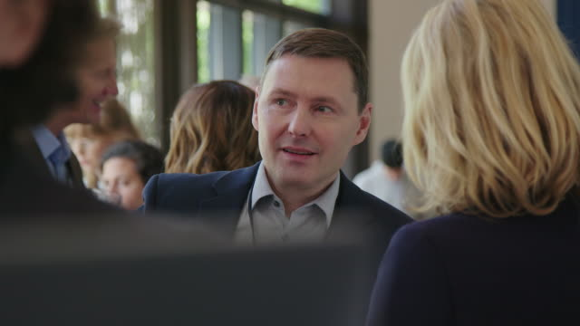 personal som diskuterar arbete i auditorium - affärskonferens bildbanksvideor och videomaterial från bakom kulisserna