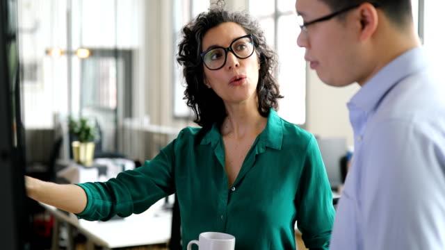 vídeos de stock e filmes b-roll de professionals planning strategy in office - envolvimento dos funcionários