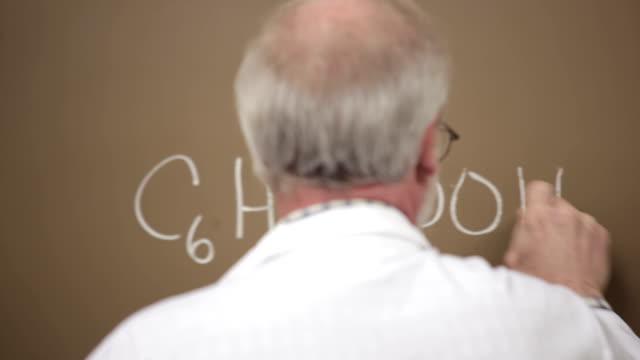 Professor schreibt auf Kreide board – Video