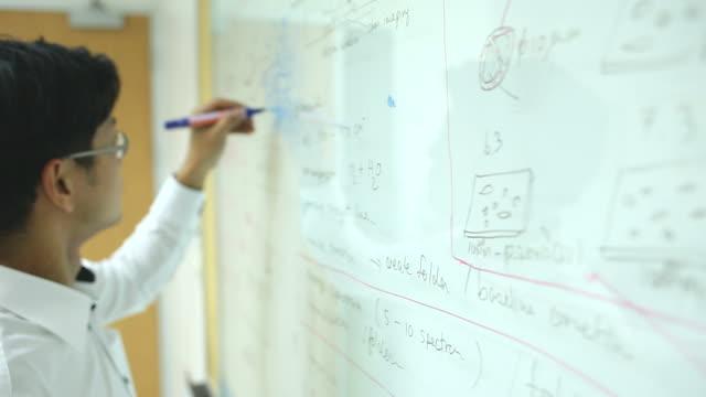 ある黒板に教授 - 数学の授業点の映像素材/bロール