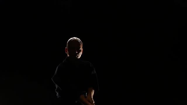 熟練的劍道大師練習武術與卡塔納劍 - sword 個影片檔及 b 捲影像