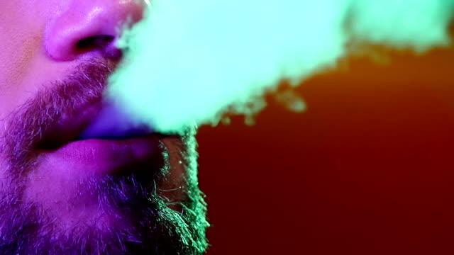 vídeos de stock e filmes b-roll de perfil de uma pessoa de fumar shisha no restaurante - boca suja