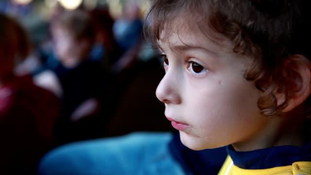 profilansicht eines kleinen mädchens essen popcorn - weißrussland stock-videos und b-roll-filmmaterial