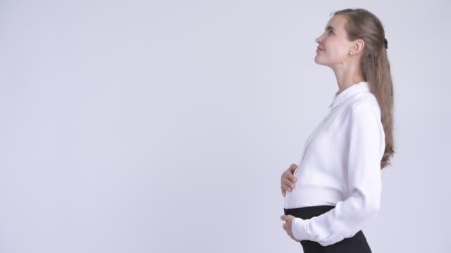 profilansicht der glücklichen jungen blonden schwangeren geschäftsfrau - weibliche angestellte stock-videos und b-roll-filmmaterial