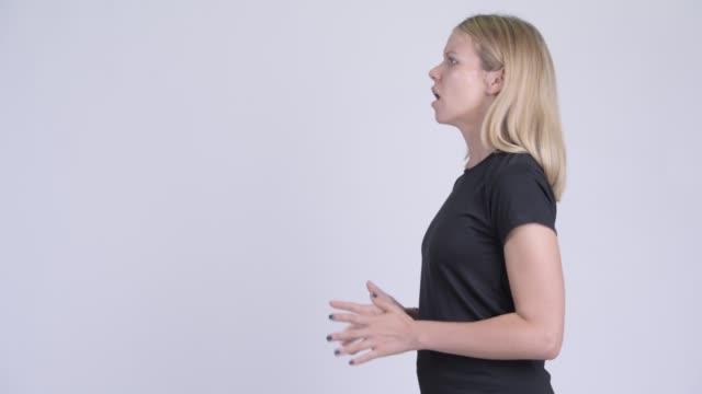 Visão de perfil de jovem estressada com cabelos loiros - vídeo
